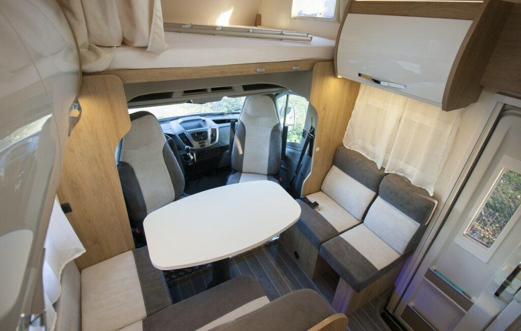 Vzadu lze převážet tři cestující. Velký stůl se dá dobře polohovat.